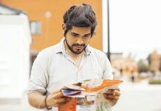 Atrakcyjny zadumany łaciński mężczyzna patrzeje mapę obrazy stock