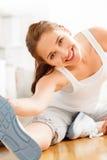 Atrakcyjny zdrowy młodej kobiety rozciągania joga gym zdjęcie royalty free