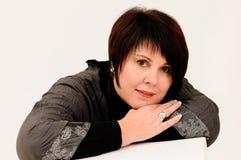 atrakcyjnych pięknych ręk oparta dojrzała kobieta Zdjęcie Royalty Free
