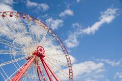 Atraktsion Ferris koło przeciw niebieskiemu niebu zdjęcia stock