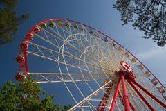 Atraktsion Ferris wheel against the blue sky Royalty Free Stock Images