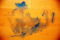 atrament plama na drewnianej podłoga Błękitna plama na pomarańczowej podłoga Zdjęcie Stock