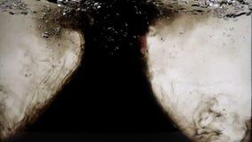 Atramentu bełkowisko od ludzkiego palca w akwarium zbiory