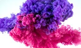 Atramentu koloru pluśnięcie w wodzie - miesza tło zdjęcia stock