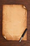 Atramentu pióro i starzejący się papierowy pergamin Obrazy Royalty Free