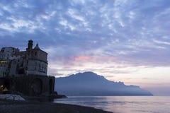 Atrani på den Amalfi kusten i Italien royaltyfri fotografi