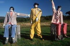 Atrapy w kolorowych kostiumach w polu Fotografia Stock