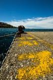 Atraque en el embarcadero de un pequeño puerto italiano imagen de archivo