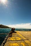 Atraque en el embarcadero de un pequeño puerto italiano imagenes de archivo