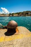 Atraque en el embarcadero de un pequeño puerto italiano Foto de archivo libre de regalías