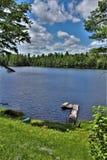 Atraque en Leonard Pond localizó en Childwold, Nueva York, Estados Unidos fotos de archivo libres de regalías