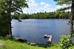 Atraque en Leonard Pond localizó en Childwold, Nueva York, Estados Unidos foto de archivo libre de regalías