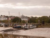 Atraque la escena del río de la playa de la costa del puerto fuera del clima tempestuoso del horizonte Imagenes de archivo