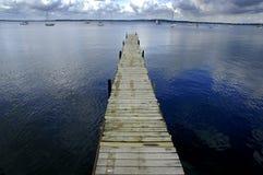 Atraque la flotación en agua azul Imagenes de archivo