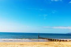 Atraque las virutas en una playa arenosa, un océano azul y una arena amarilla, soleados Imágenes de archivo libres de regalías