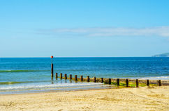 Atraque las virutas en una playa arenosa, un océano azul y una arena amarilla, soleados Fotografía de archivo libre de regalías