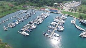 Atraque para los barcos en Panamá en el tiro número 2 del mar almacen de metraje de vídeo