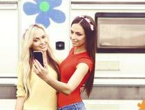 Atrativo, bonito, moças que tomam o selfie fora Holid fotografia de stock royalty free