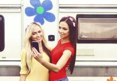 Atrativo, bonito, moças que tomam o selfie fora Holid fotos de stock royalty free