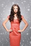 Atrativo, jovem mulher no vestido vermelho que veste o headb luxuoso dourado foto de stock
