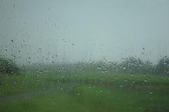 Através da chuva nos 2 desconhecidos Imagem de Stock