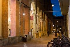 Através da rua de Manzoni na Bolonha, Itália Imagem de Stock