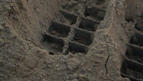 Através das barras, a areia é peneirada para fazer o asfalto na planta video estoque