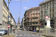 Através de Dante No fundo o faade do castelo de Sforza Milão, Itália fotos de stock royalty free