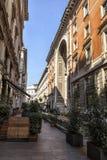 Através de Silvio Pellico, entrada lateral da galeria Vittorio Emanuele II, perto ao acesso à galeria de Highline Milão, Itália Imagens de Stock