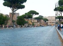 Através do dei Fori Imperiali e da vista do colosseum em Roma, em julho de 2017, Roma, Itália imagens de stock