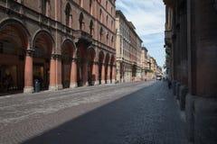 Através do dell& x27; Indipendenza na Bolonha, Itália Imagem de Stock