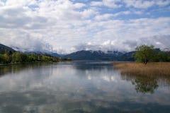 Através do lago imagens de stock