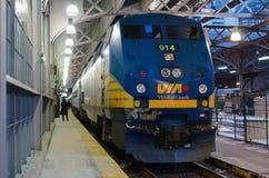 Através do trem do trilho na estação da união em Toronto Fotografia de Stock