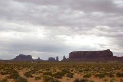 Através do vale do monumento em um dia cinzento Foto de Stock Royalty Free