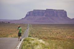 Através do vale do monumento em um dia cinzento Imagens de Stock Royalty Free