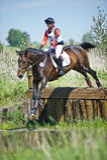 Através dos campos Cavaleiro não identificado no cavalo Fotos de Stock