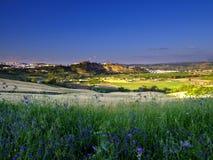 Atrav?s da opini?o dos campos de Andalucian da cidade branca em Arcos de la Frontera, Espanha foto de stock