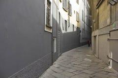 Através da rua do estreito de Bagnera em Milão Foto de Stock