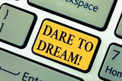 Atrevimiento de la demostración de la muestra del texto a soñar La foto conceptual no tiene miedo de tiene gran llave de teclado  fotografía de archivo