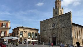 09 09 2018 Atri, Abruzzo - Piazza Duomo e fachadas de S Igreja Católica medieval da catedral de Maria Assunta vídeos de arquivo