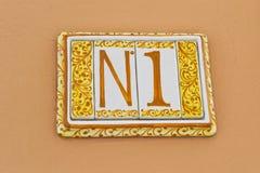 08 08 2108 Atri, Itália - placa cerâmica tradicional número 1 da casa na parede home imagem de stock royalty free