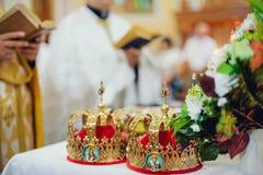 Atributos da cerimônia de casamento na igreja Fotos de Stock