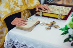 Atributos da cerimônia de casamento na igreja Foto de Stock Royalty Free