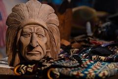 Atributos da cultura de nativo americano em um festival do nativo americano foto de stock royalty free