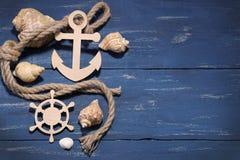 Atributos marinhos Corda, quadro, âncora de madeira e volante em um fundo de madeira a parte superior vie Imagem de Stock