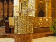 Atril dourado dentro da igreja Católica imagem de stock royalty free