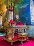 Atril tailandés del monje en de oro y rojo Foto de archivo