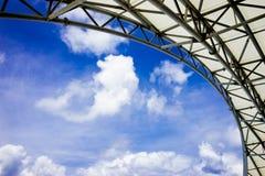 Atrio con el cielo azul Fotos de archivo libres de regalías