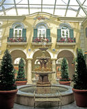 Atrio de la fuente del hotel de Portofino Foto de archivo libre de regalías