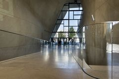 Atrio moderno in museo di storia degli ebrei polacchi a Varsavia Immagine Stock Libera da Diritti